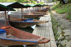 Łódź na rzece z czereśniowym okwitnięciem. (Kyoto Uj Fotografia Stock