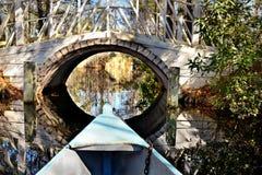 Łódź na rzecznym kłoszeniu w kierunku pięknego, romantycznego mosta, Obrazy Royalty Free