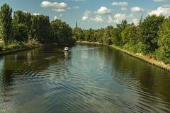 Łódź na rzecznym niebieskim niebie z chmurami zdjęcie royalty free