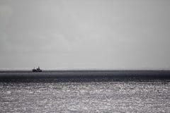 Łódź na srebnym morzu obraz stock
