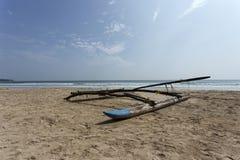 Łódź na Tropikalnej plaży w Sri Lanka Zdjęcie Stock
