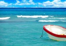 Łódź na tropikalnym morzu Zdjęcie Royalty Free