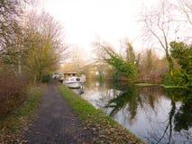 Łódź na Uroczystym złącze kanale blisko Uxbridge Fotografia Royalty Free