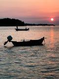 Łódź na wodzie przy zmierzchu wschodem słońca zdjęcie stock