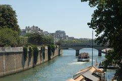 Łódź na wonton rzece w Paryż Obrazy Royalty Free