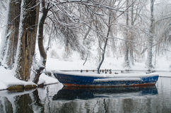 Łódź na zamarzniętym jeziorze Zdjęcie Royalty Free