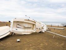Łódź obalająca na plaży Obrazy Stock