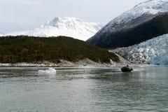 Łódź od statku Przez Australis w zatoce Pia lodowiec obrazy royalty free