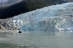 Łódź od statku Przez Australis w zatoce Pia lodowiec zdjęcie stock