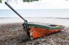 Łódź, plaża i drzewo, Obrazy Stock