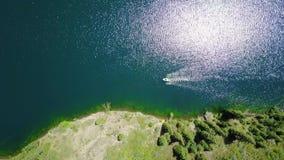 Łódź po środku halnego jeziora Krajobrazowy halny jezioro w lesie zbiory wideo