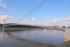 łódź pod most dni zawieszenia Września ładną wodą Zdjęcia Stock