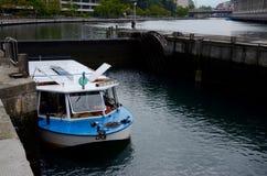 Łódź przechodzi kędziorek na Rhone rzece w Genewa obrazy royalty free