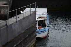 Łódź przechodzi kędziorek na Rhone rzece w Genewa zdjęcie stock