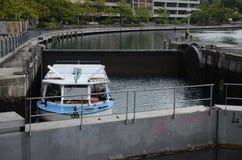 Łódź przechodzi kędziorek na Rhone rzece w Genewa zdjęcia stock