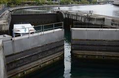 Łódź przechodzi kędziorek na Rhone rzece w Genewa obrazy stock