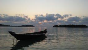 Łódź przed Ko Na Thian i Ko maty Lang wyspy podczas wschodu słońca na Koh Samui wyspie, Tajlandia Obrazy Royalty Free