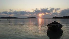 Łódź przed Ko Na Thian i Ko maty Lang wyspy podczas wschodu słońca na Koh Samui wyspie, Tajlandia Obrazy Stock