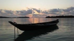 Łódź przed Ko Na Thian i Ko maty Lang wyspy podczas wschodu słońca na Koh Samui wyspie, Tajlandia Fotografia Royalty Free