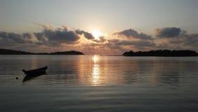 Łódź przed Ko Na Thian i Ko maty Lang wyspy podczas wschodu słońca na Koh Samui wyspie, Tajlandia Zdjęcia Royalty Free
