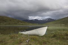 Łódź przed rzeką w Norweskim parku narodowym Obrazy Royalty Free
