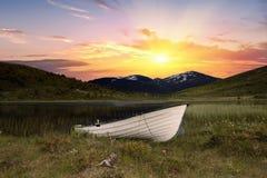 Łódź przed rzeką w Norweskim parku narodowym Obrazy Stock