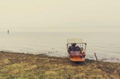 Łódź przy brzeg rzeki Obraz Royalty Free