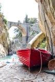 Łódź przy Fiordo Di Entuzjazm plażą Entuzjazma Fjord Amalfi wybrzeże Positano Naples fotografia stock