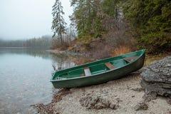 Łódź przy jeziora wybrzeżem Obraz Stock