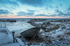 Łódź przy molem na brzeg jeziorny Ladoga, Rosja Zdjęcie Royalty Free