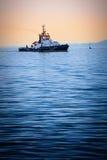 Łódź przy morzem na zmierzchu Połowu freighter w spokojnym wieczór Zdjęcia Royalty Free