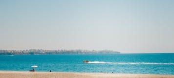 Łódź przy plażą Antalya Turcja, podróż Fotografia Royalty Free