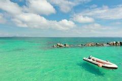 Łódź przy raj plażą w Koh maiton wyspie, Phuket, Tajlandia Zdjęcia Royalty Free