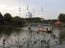 Łódź przy Shah Alam& x27; s jezioro z meczetem jako tło zdjęcia stock