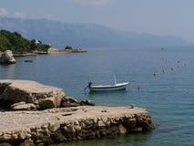 Łódź przy skalistym molem w Chorwacja zdjęcia stock