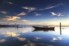 Łódź przy Tanjung aru plażą, Labuan Malezja 01 Obraz Royalty Free