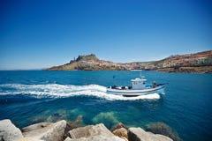 Łódź rybacka blisko grodzkiego Castelsardo, Sardinia Zdjęcia Royalty Free