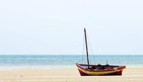 Łódź rybacka blisko linii brzegowej zdjęcie stock