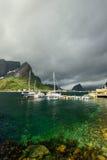 Łódź rybacka blisko scenicznej wioski Reine na Lofoten wysp blisko zieleni górach i wodzie Fotografia Royalty Free