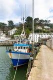 Łódź Rybacka cumował przy Polperro schronieniem w Południowym Cornwall, UK obrazy stock