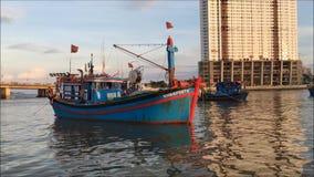 Łódź rybacka cumuje przy zatoką Nha Trang czekanie dla na morzu przy morzem zdjęcie wideo