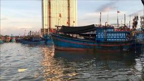 Łódź rybacka cumuje przy zatoką Nha Trang czekanie dla na morzu przy morzem zbiory