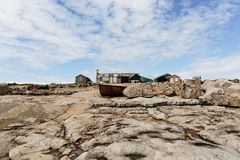 Łódź rybacka i plażowi domy w Dorset, UK Zdjęcie Royalty Free