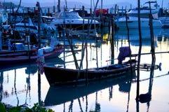 Łódź rybacka jest przy molem Obrazy Stock