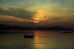 Łódź rybacka jest spławowa na morzu, słońce sety, Thailand Fotografia Royalty Free