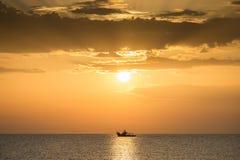 Łódź rybacka na Adriatyckim morzu przy zmierzchem Obrazy Royalty Free