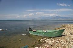 Łódź rybacka na brzeg Jeziorny Skadar, Albania Zdjęcie Royalty Free