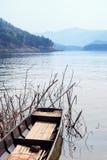 Łódź rybacka na halnym jeziorze Obrazy Stock
