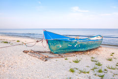Łódź rybacka na lazurowym brzeg Obrazy Stock