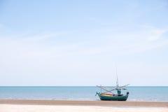 Łódź Rybacka na plaży Zdjęcia Royalty Free